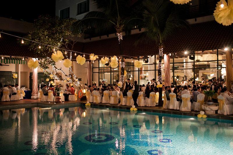 Trang trí tiệc cưới hồ bơi lãng mạn