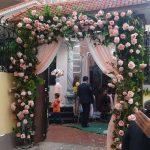 Trang trí tiệc cưới tại nhà mẫu cổng hoa 8