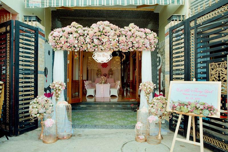Trang trí đám cưới bằng hoa tươi với cổng hoa