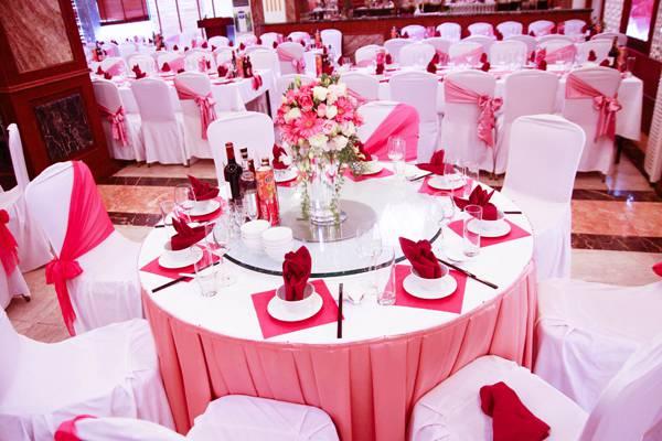 Cho thuê khăn trải bàn đám cưới màu hồng