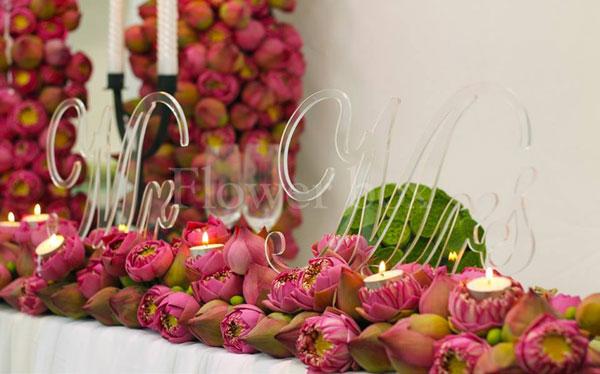 Trang trí bàn đón khách tiệc cưới bằng hoa sen