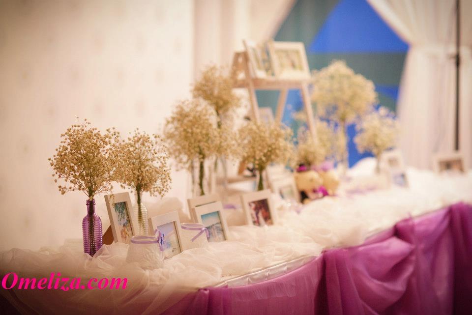 Trang trí bàn đón khách tiệc cưới bằng hoa baby