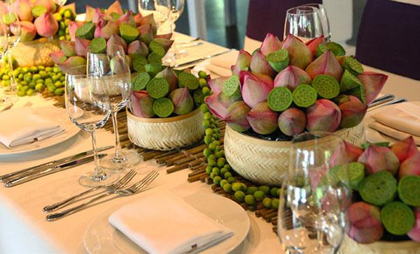 Trang trí bàn đãi khách tiệc cưới bằng hoa sen