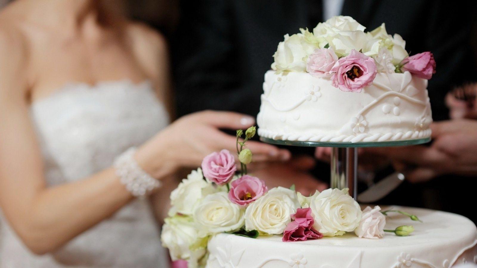 Bánh cưới cắt giảm chi phí đám cưới