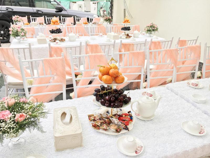 Ghế nơ voan hồng cam trang trí tiệc cưới tại nhà