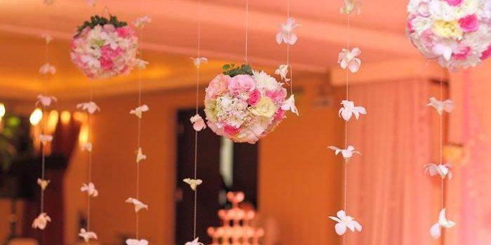 Phong cách trang trí tiệc cưới nào phù hợp với bạn Trang-tri-san-khau-tiec-cuoi-bang-qua-cau-hoa-700x350