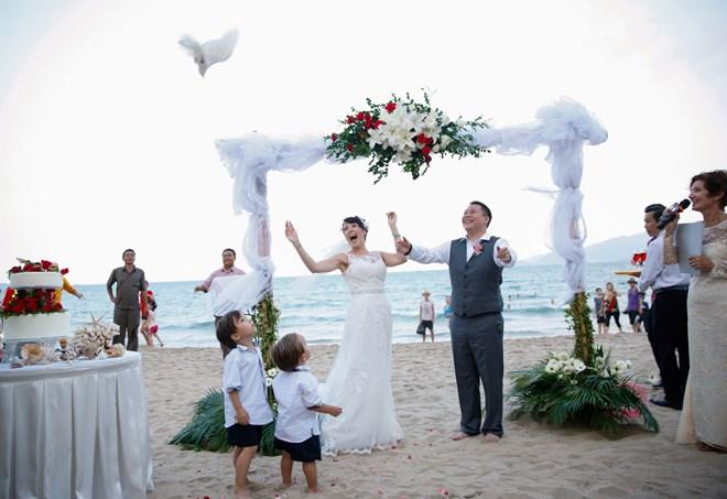 Mẫu cổng hoa cưới ngoài trời nhẹ nhàng