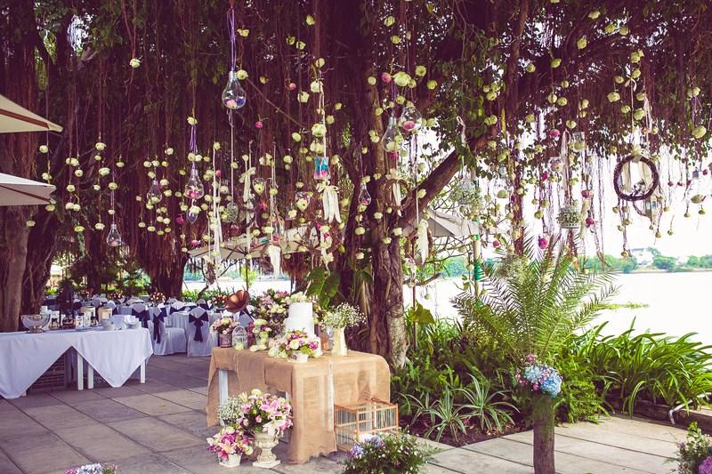 Trang trí tiệc cưới ngoài trời ấn tượng