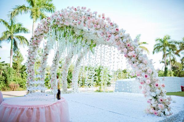 Cổng hoa cưới ngoài trời tông hồng trắng