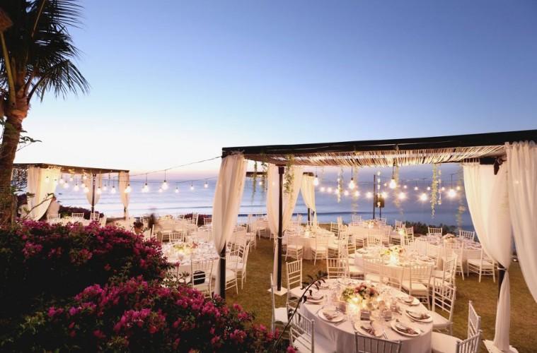 Hình ảnh trang trí tiệc cưới ngoài trời trên bãi biển thơ mộng