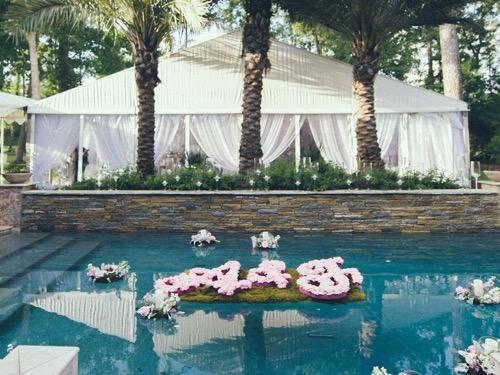 Hoa thả trên mặt nước trang trí tiệc cưới ngoài trời