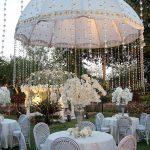 Trang trí tiệc cưới ngoài trời bằng ô dù lệch tâm 3