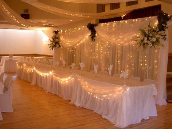 Trang trí tiệc cưới ngoài trời với bàn tiệc đom đóm