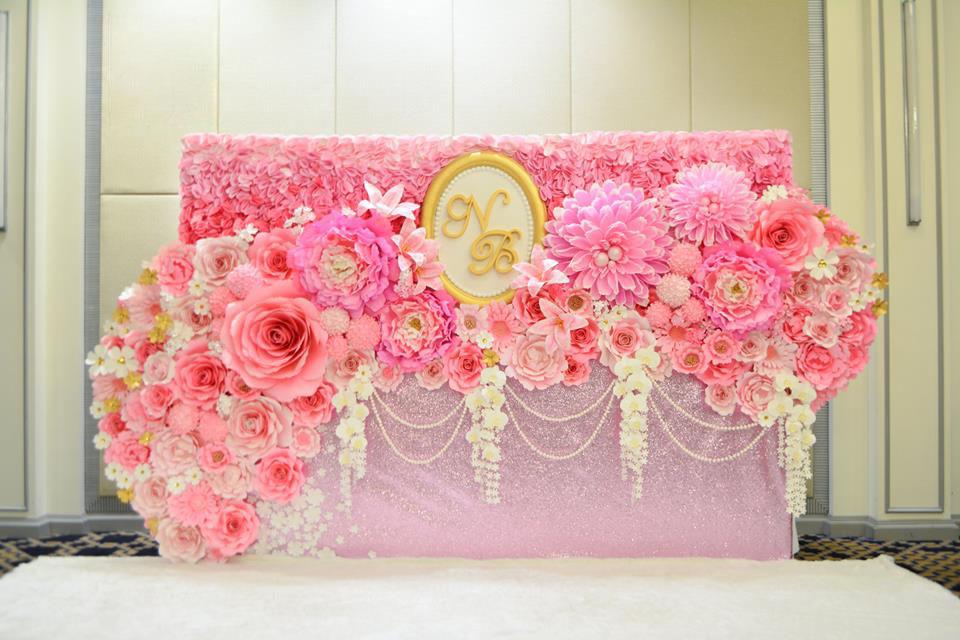 Mẫu backdrop hoa giấy đám cưới đẹp 3