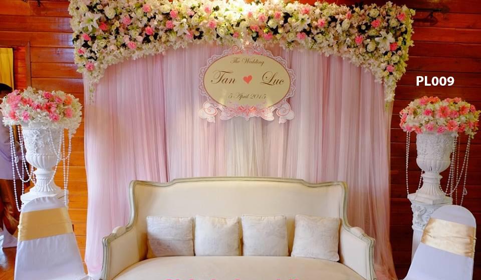 Phông lụa đám cưới kết hợp hoa tươi