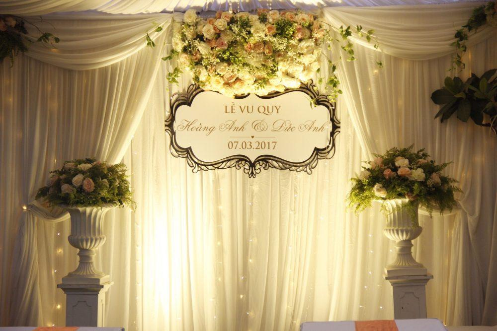 Backdrop hoa lụa đẹp trang trí tiệc cưới