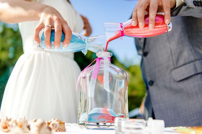 Nghi thức cưới độc đáo - rót cát